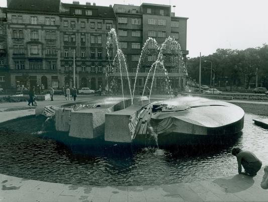 Petr Šedivý, 1981, žula, u výstupu z metra, Náměstí Jiřího z Poděbrad, Vinohrady, Praha 3