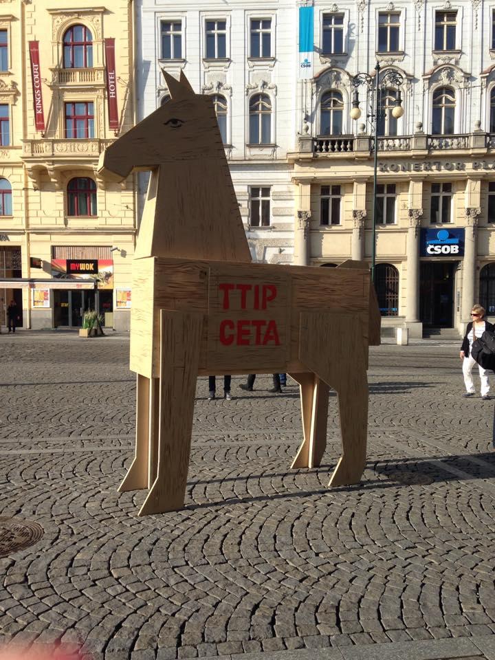 Trojský kůň TTIP u petičního stanu proti TTIP na náměstí Republiky