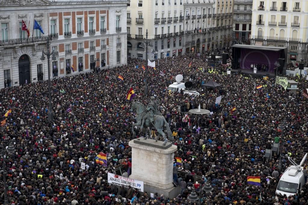 Desítky tisíc příznivců strany Podemos v ulicích Madridu vyjádřily podporu vítězící Syrize v lednových řeckých volbách.