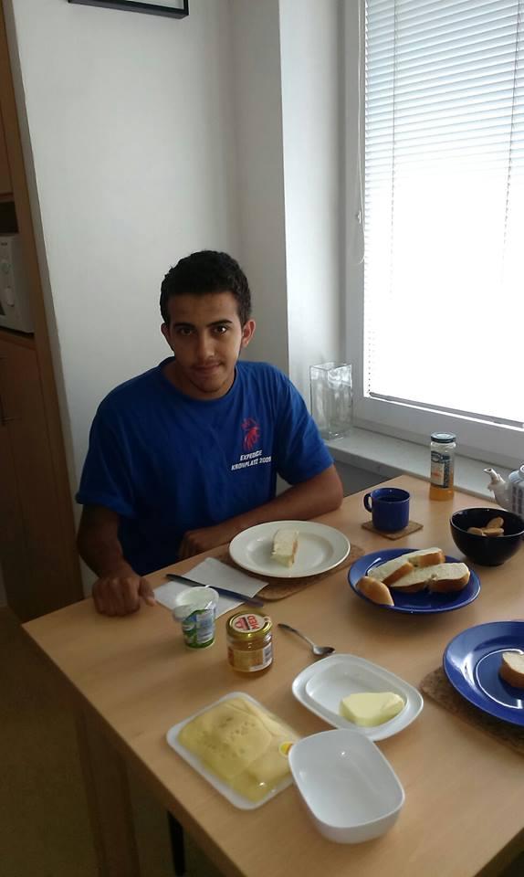 3_Ali u jedné z dobrovolnic doma. Je mu 18 a nedávno jsme ho navštívili v uprchlickém táboře v Lipsku, kde je se svým bratrem.