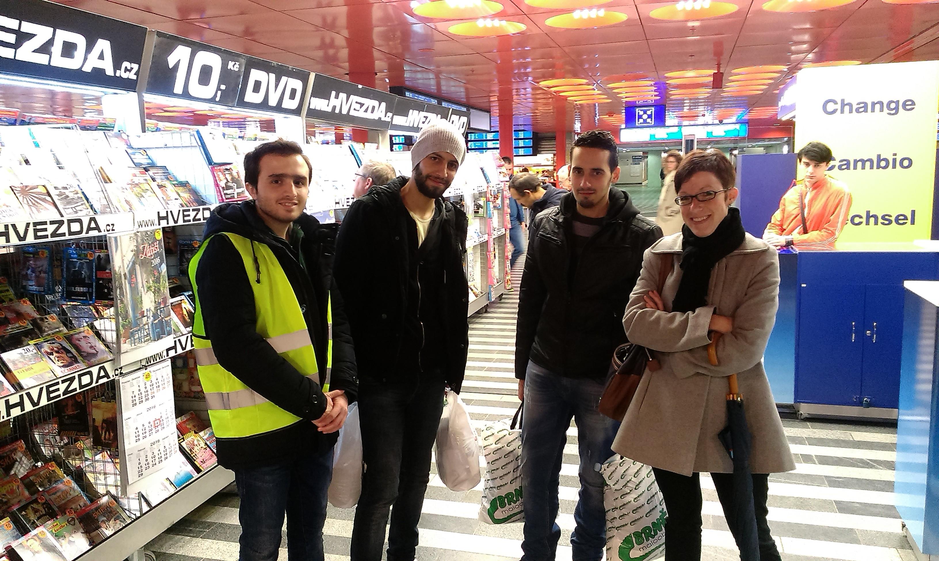 4_Hossam a Abdulhadi (oba uprostřed). Hossam už je díky pomoci aktivistů v Drážďanech se svojí rodinou ve Švédsku. Abdulhadi žádá v Německu o azyl