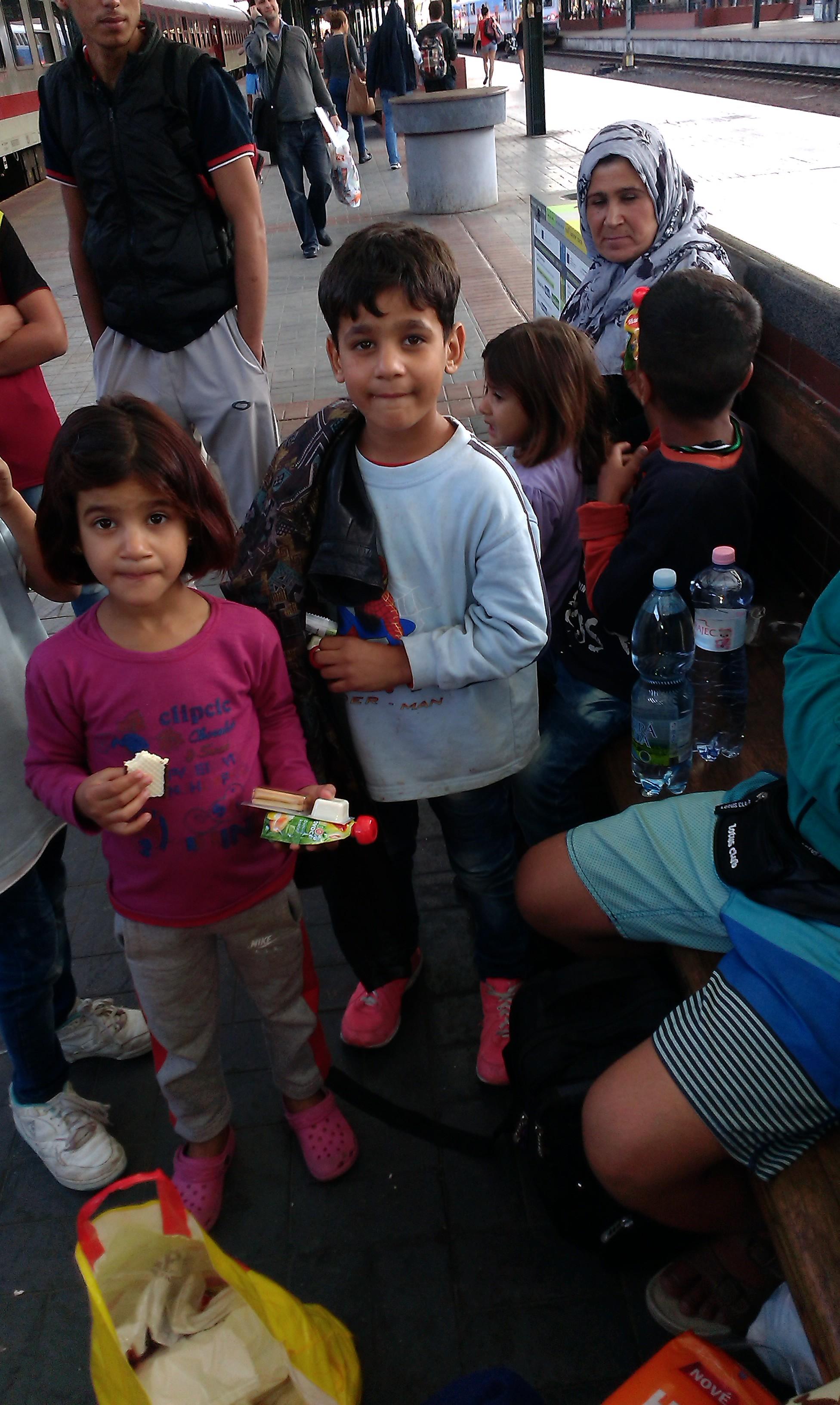 5a_Syrská rodina čekající na vlak do Berlína