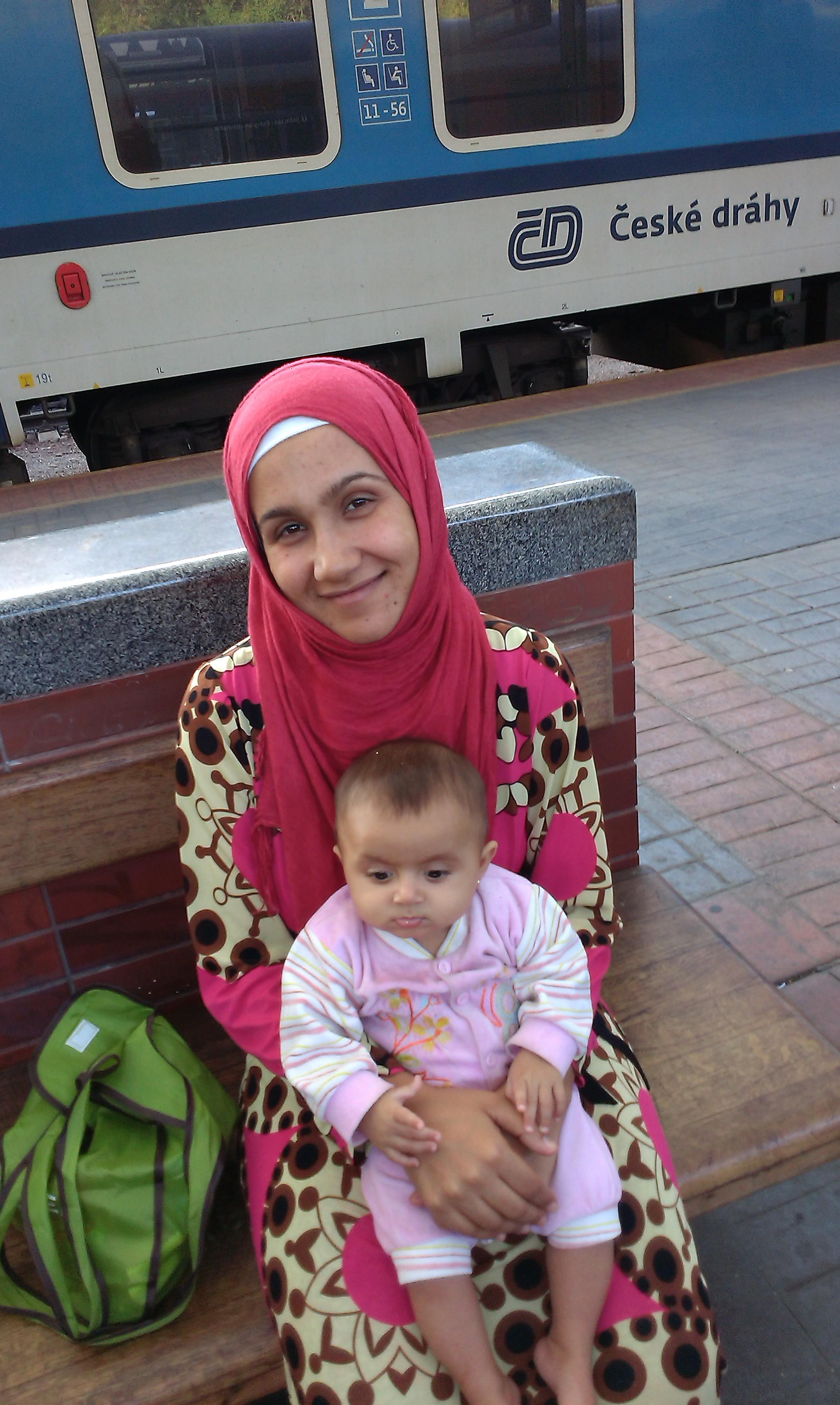 5b_Syrská matka s jedním ze svýchdětí při čekání na vlak do Berlína
