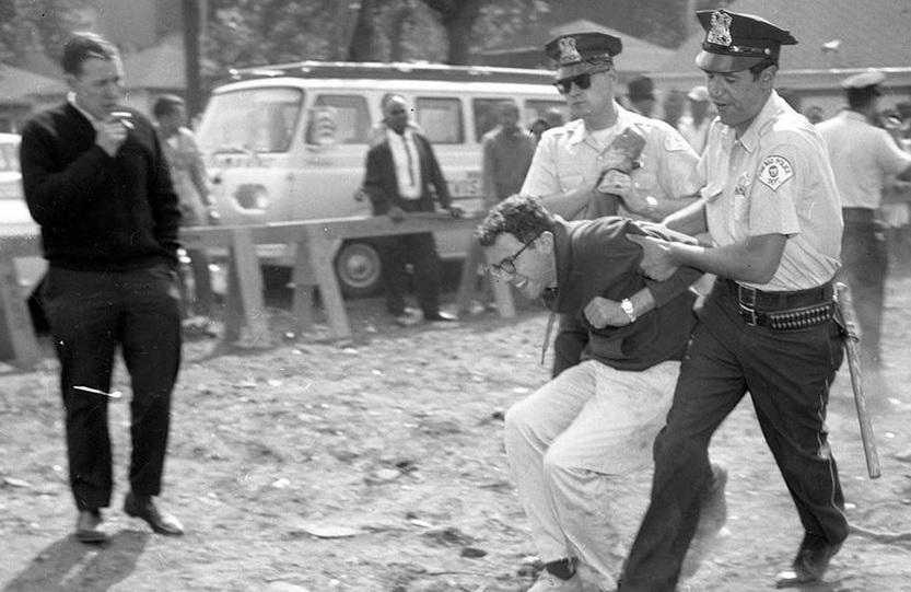 mladý Bernie Sanders zatčen v Chicagu v r. 1963 na protisegregační demonstraci