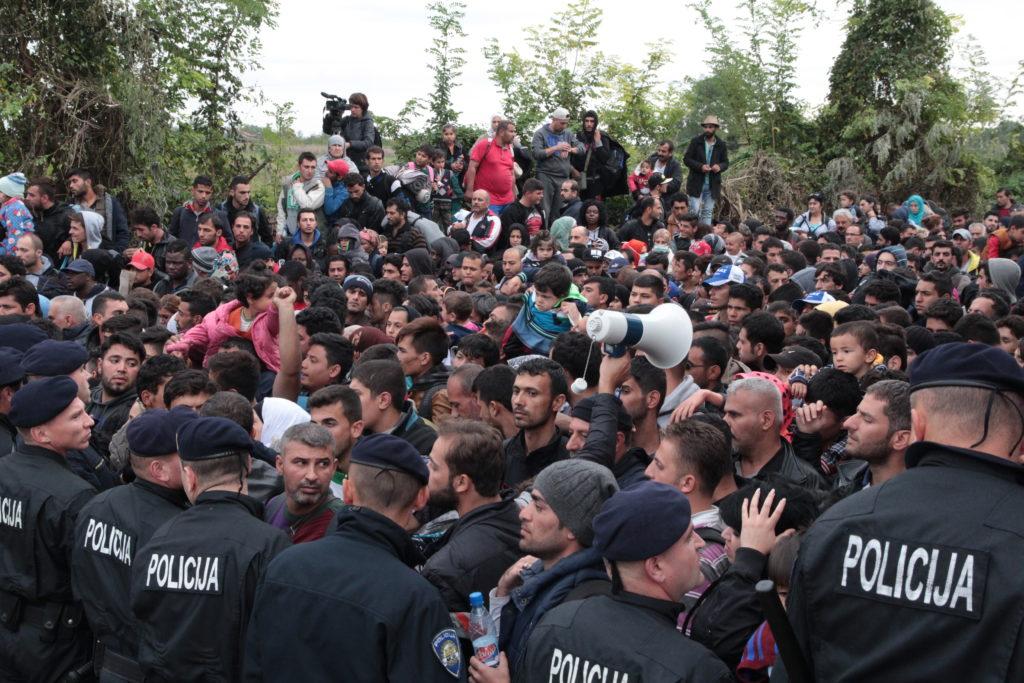Z množství lidí na útěku se vytvořil dav, který se tlačil na celníky. Naštěstí vše neskončilo násilím, situaci celníci zvládli